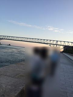 すぐ後ろは瀬戸内海で蒲刈大橋のシルエットが美しい