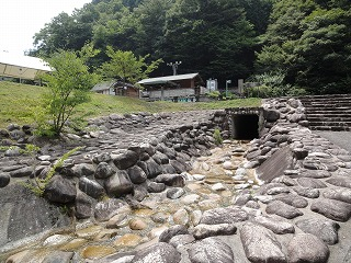 キャンプサイトのすぐ横には水遊びが出来る場所があり、小さなお子さんでも水遊びが出来ます