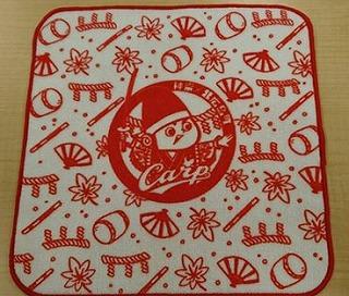 写真は北広島町観光協会公式facebookから。しめ縄ともみじを背景に神楽の衣装を着て刀を振りかざす「神楽坊や」をあしらったハンドタオルです