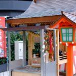 「エキシティ広島」の屋外デッキに「友元神社」が新築、野球ボールのような「昇鯉岩」も!
