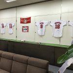 カープ愛あふれる「もみじ銀行」、本店ではカープ選手のサイン入りユニフォームを展示中!