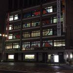 もみじ銀行本店の窓ガラスに巨大なカープ坊やが出現!