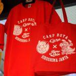 ジャンプショップとカープが初コラボ!鳥山明先生描き下ろしの限定Tシャツ&トートバッグが登場
