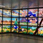 アストラムライン本通駅にこうの史代さん原画「夕凪の街 桜の国」の大型ステンドグラス登場!