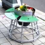 """<span class=""""title"""">広島市の中央通りに椅子付きのフラワーポットが設置されています!</span>"""